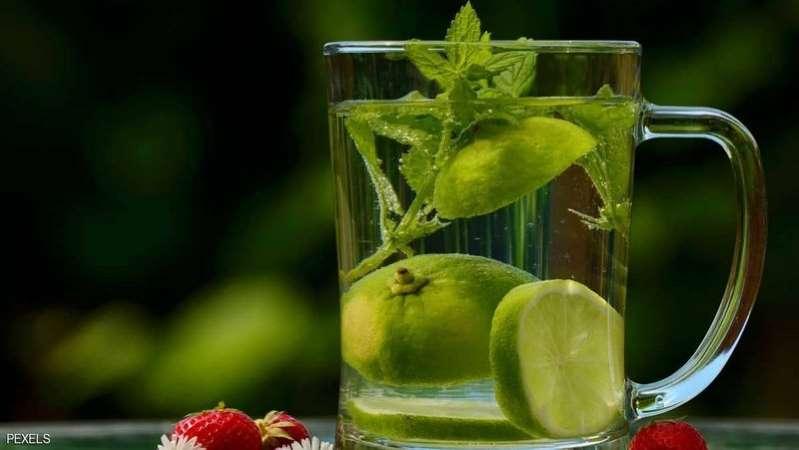 تعرّف على 5 فوائد لشرب الماء والليمون على معدة فارغة