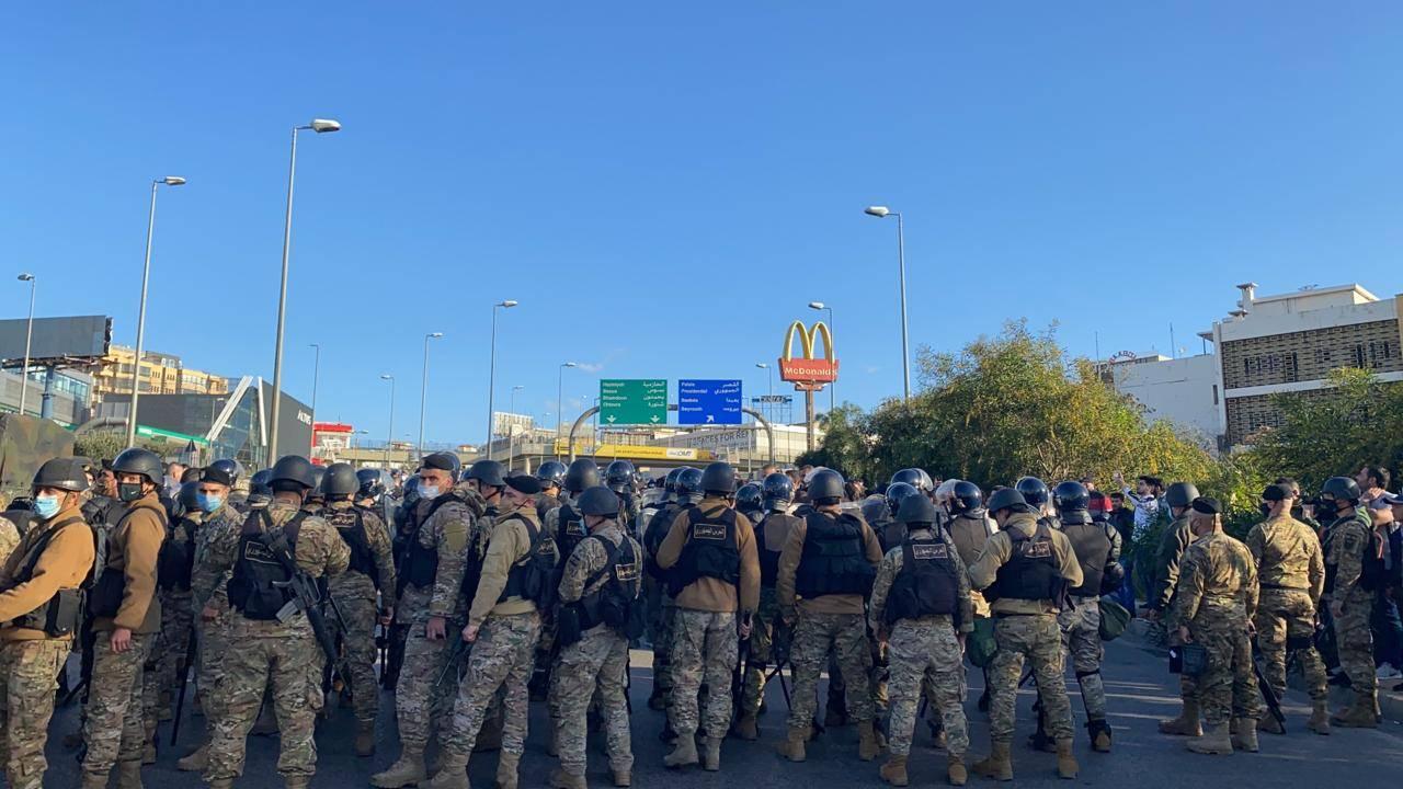 محتجون يصلون إلى محيط قصر بعبدا